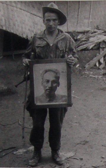 Legionär mit einem Porträt Ho Chi Minhs