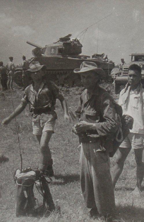 Sherman Panzer im Hintergrund.
